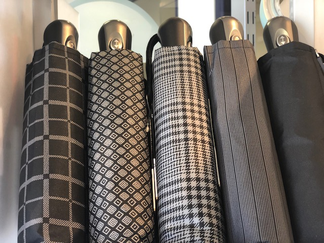 Accessoire incontournable et boosteur de tendance, le parapluie vous accompagne partout
