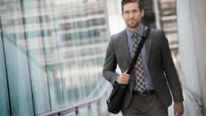 homme portant une sacoche d'ordinateur